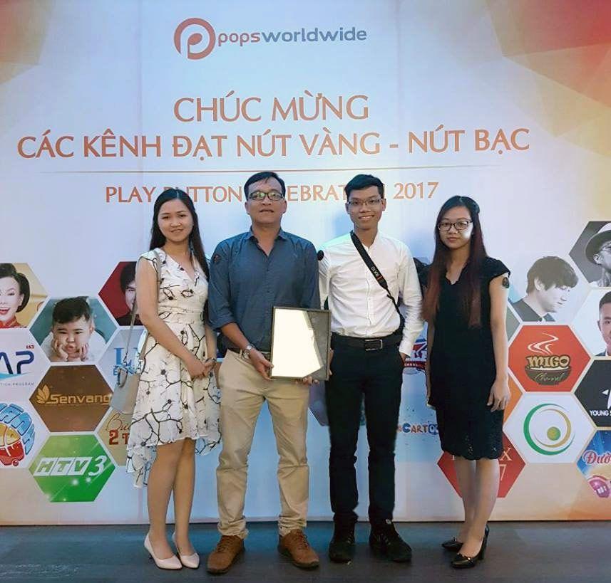 Anh Toàn Trần (áo xanh) - Digital Marketing Sen Vàng Media. Kênh của đã nhận NÚT BẠC do Youtube năm 2017